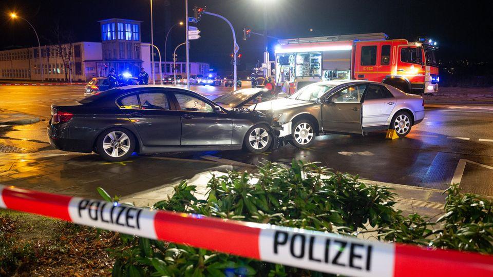 Nachrichten aus Deutschland: zwei demolierte Autos stehen auf einer Kreuzung