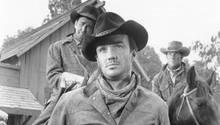 """26. Februar 2020  Der amerikanische Fernseh- und Filmschauspieler Ben Cooper, der vor allem durch Western-Rollen bekannt war, ist tot. Nach längerer Krankheit sei er im Alter von 86 Jahren in Memphis (US-Staat Tennessee) gestorben, teilte der Neffe des Schauspielers, Pete Searls, am Mittwoch dem US-Filmblatt """"Hollywood Reporter"""" mit. Mit """"schwerem Herzen"""" gebe er den Tod seines Onkels bekannt, schrieb er auch auf einer Facebookseite des Western-Stars. Bekannt wurde er Mitte der 1950er Jahre durch seinen Auftritt als junger Bandit in dem Western """"Johnny Guitar - Wenn Frauen hassen"""" mit Joan Crawford in der Hauptrolle. Er spielte in zahlreichen Filmen und TV-Serien mit, darunter """"Im Sattel ritt der Tod"""" (1963), """"Bonanza"""", """"Perry Mason"""", """"Rauchende Colts"""" und """"Ein Colt für alle Fälle"""". Neben dem Westerngenre fiel er in dem Filmdrama """"Die tätowierte Rose"""" (1955) an der Seite von Anna Magnani und Burt Lancaster auf."""