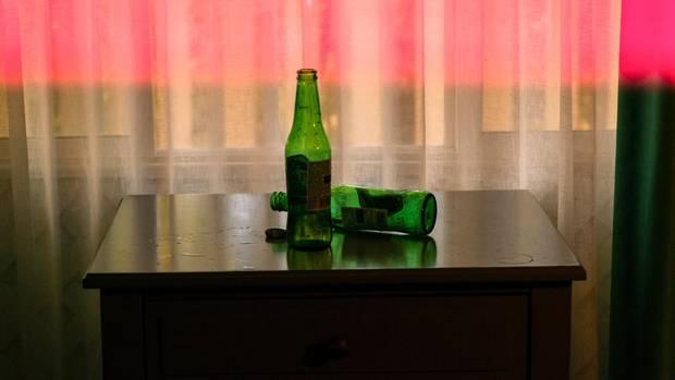Zwei Bierflaschen auf einem Tisch