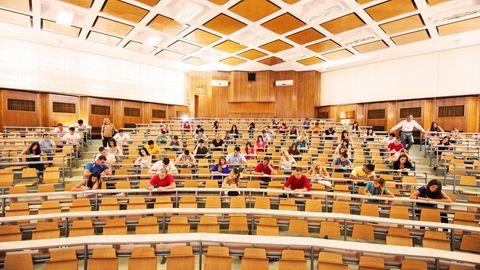 Ein Hörsaal einer Universität, Studierende schreiben eine Klausur