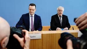 Bundesgesundheitsminister Jens Spahn (l., CDU) und Bundesinnenminster Horst Seehofer (CSU)
