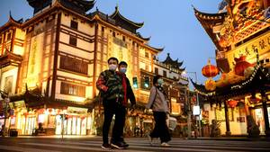 Menschen in Shanghai (China) tragen Mundschutz um sich vor dem Coronavirus zu schützen