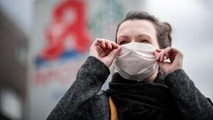 Coronavirus in Deutschland: Eine Frau trägt eine Mundschutzmaske