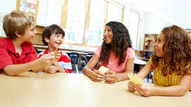 Schüler spielen ein Kartenspiel