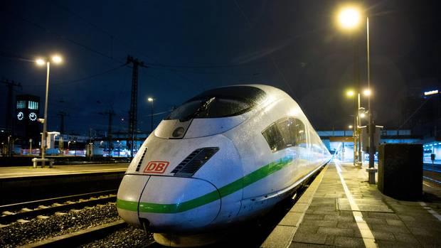 Ein ICE-Zug im Bahnhof