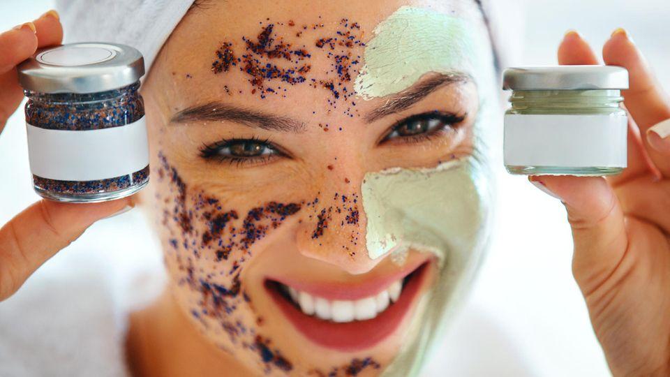 Ein Körperpeeling kann das Hautbild verfeinern