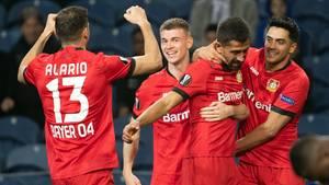 Leverkusens Lucas Alario (v.l.n.r.). Daley Sinkgraven, Kerem Demirbay und Nadiem Amiri bejubeln das 2:0