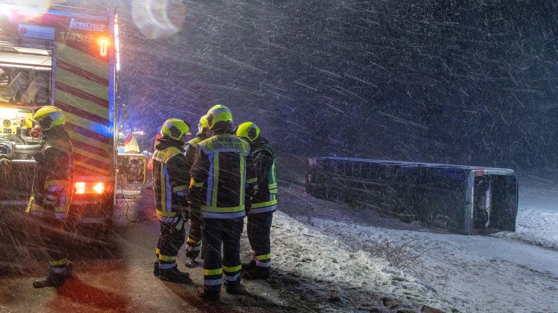 Der Reisebus aus Kroatien wurde von einer Sturmböe erfasst und kippte um