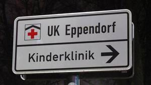 Im Dunkeln weist ein Schild den Weg zur Kinderklinik des Universitätskrankenhauses in Hamburg-Eppendorf