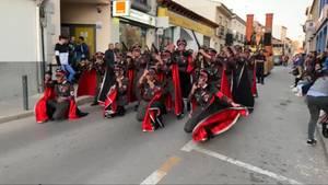 Ein Trupp Karnevalisten zieht in SS-Uniformen durch eine Straße in Spanien