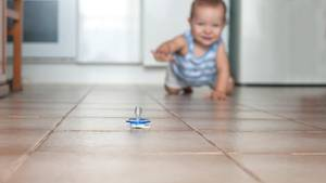 Ein Baby krabbelt zu einem Schnuller