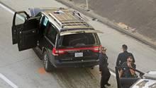 Der gestohlene Leichenwagen steht am Straßenrand