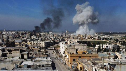 Rauch über der Stadt Saraqib im östlichen Teil der Provinz Idlib im Nordwesten Syriens