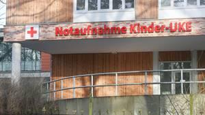 Der Eingangsbereich der Kinderklinik des UKE in Hamburg. Hier arbeitet der betroffene Arzt