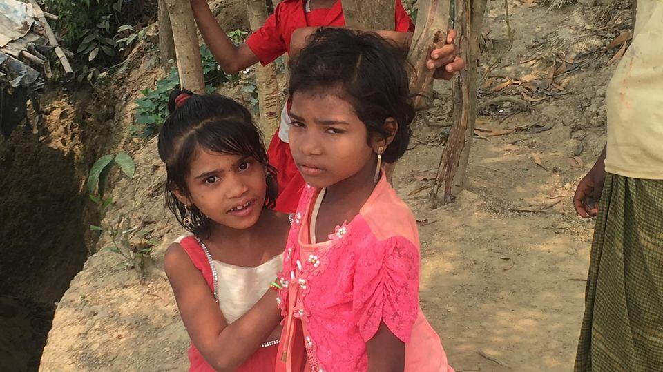 Zwei kleine Mädchen im größten Flüchtlingslager der Welt