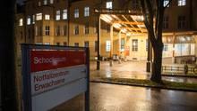 """Bayern, München: Ein Schild mit der Aufschrift """"Notfallzentrum"""" steht an der Notaufnahme des Klinikum Schwabing."""
