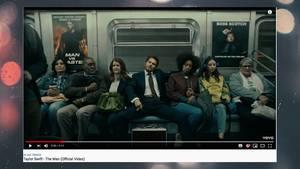 """Taylor Swift sitzt im Video zu """"The Man"""" in einer U-Bahn und raucht"""