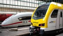 in Zug von Go-Ahead steht am Stuttgarter Hauptbahnhof neben einem ICE 4