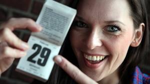 Schaltjahr: Frau zeigt mit dem Finger auf Kalenderblatt mit einer 29