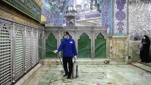 Desinfektion amSchrein der Heiligen Massume im Wallfahrtsort Qom. Trotz des Virus bleibt die heilige Stätte vorerst geöffnet