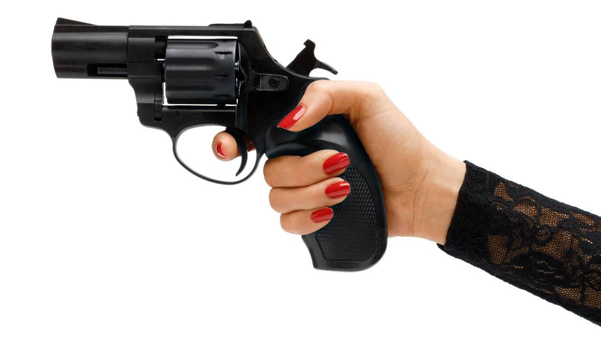 Sie wollte mit der Waffe für ein Selfie posieren: Babysitterin schießt Zehnjährigen an