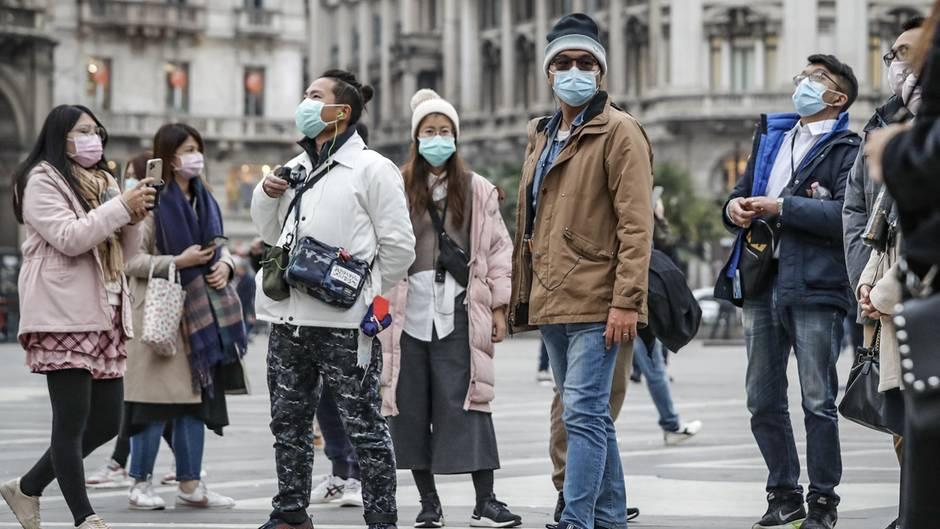 Mailand: Touristen tragen Atemschutzmasken. In Italien wurden bis Donnerstagabend 650 Infektionen bestätigt.