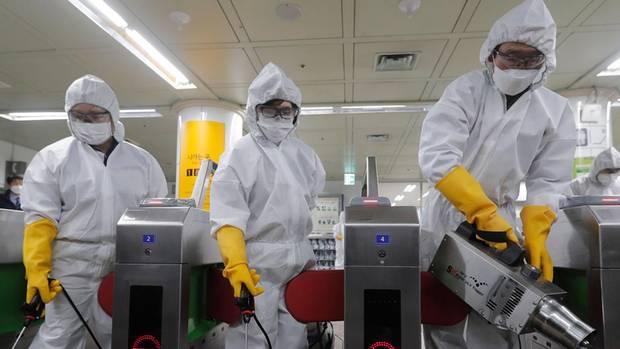 Desinfektion einer U-Bahn-Station in Seoul, Südkorea