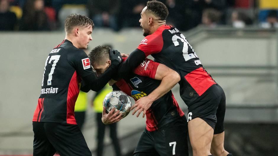 Berlins Krzysztof Piatek (m.) jubelt mit Maximilian Mittelstädt (l.) und Matheus Cunha über seine Treffer zum 3:3