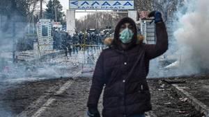Ein vermummter Migrant im türkisch-griechischen Grenzgebiet