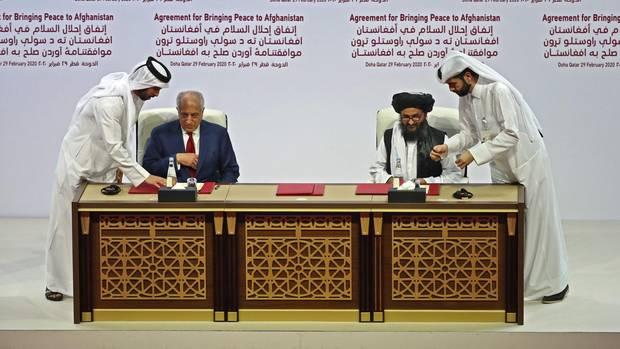 US-Vertreter Zalmay Khalilzad und Taliban-Mitgründer Mullah Abdul Ghani Baradar unterzeichnen das US-Taliban-Abkommen