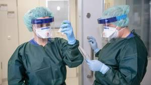 Zwei Krankenschwestern der Infektionsstation der Essener Uniklinik