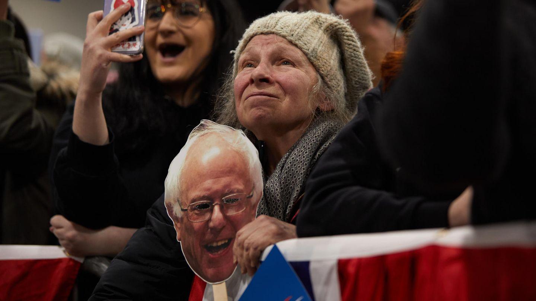 Anhängerin von Bernie Sanders hält eine Maske mit dem Konterfei des demokratischen Präsidentschaftsbewerbers in Händen