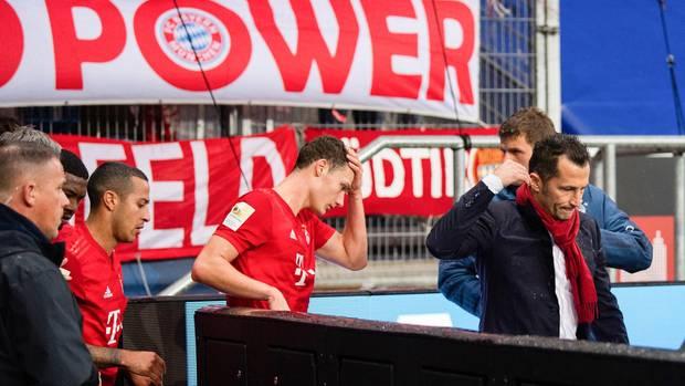 Münchens Thiago (v.l.n.r.) und Pavard sowieSportdirektor Hasan Salihamidzic