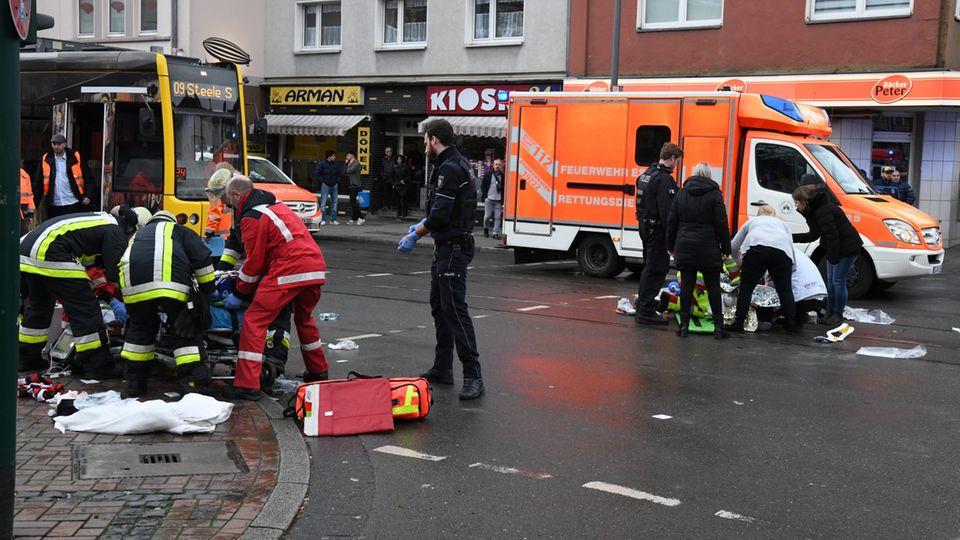 Feuerwehr und Rettungskräfte waren in Essen mit einem Großaufgebot vor Ort, um sich um die Verletzten zu kümmern