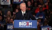 Joe Biden spricht auf einer Veranstaltung zu seinen Unterstützern und lächelt