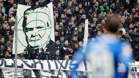 Plakat von Gladbach-Fans: Dietmar Hopp im Fadenkreuz