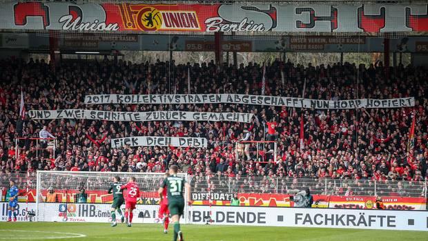 DieUnions-Fankurve zeigt ein Banner mit einem Schmäh-Schriftzug gegen Dietmar Hopp