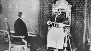 Dieses Foto entstand am 27. Februar 1940. Es zeigt Papst Pius XII. (rechts), während er einen Umschlag des damaligen US-Präsidenten Franklin D. Roosevelt öffnet.