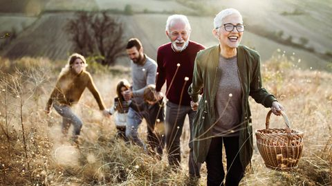 Jugend oder Alter?: Neurowissenschaftler verrät, in welchem Alter wir am glücklichsten sind