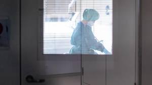 Coronavirus: Eine Krankenschwester auf einer Infektionsstation