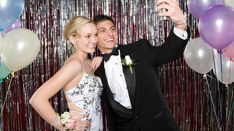 Junges Paar macht ein Selfie auf einem Ball