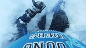 Junge wird beim Ski-Fahren verschüttet.