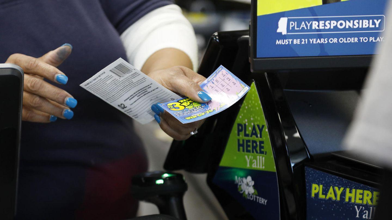 Eine Frau kauft ein Rubellos in den USA