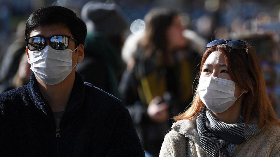 Coronavirus: Reisende tragen Atemmasken