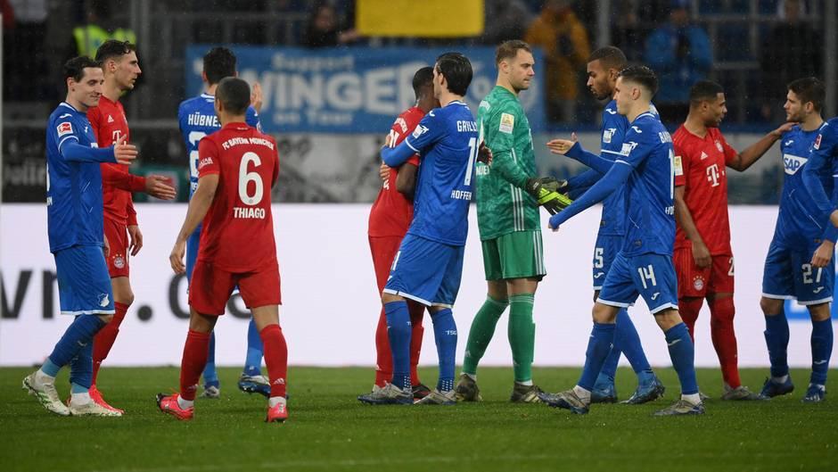 Die Profis der TSGHoffenheim und des FC Bayern klatschen sich nach ihrem Nichtangriffspakt in den letzten 13 Spielminuten ab