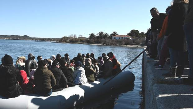 Geflüchtete versuchen mit ihrem Boot auf Lesbos anzulegen