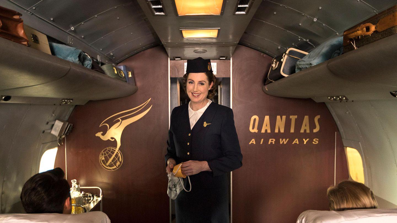 Flugbegleiterin mit Uniform aus den 50er Jahren
