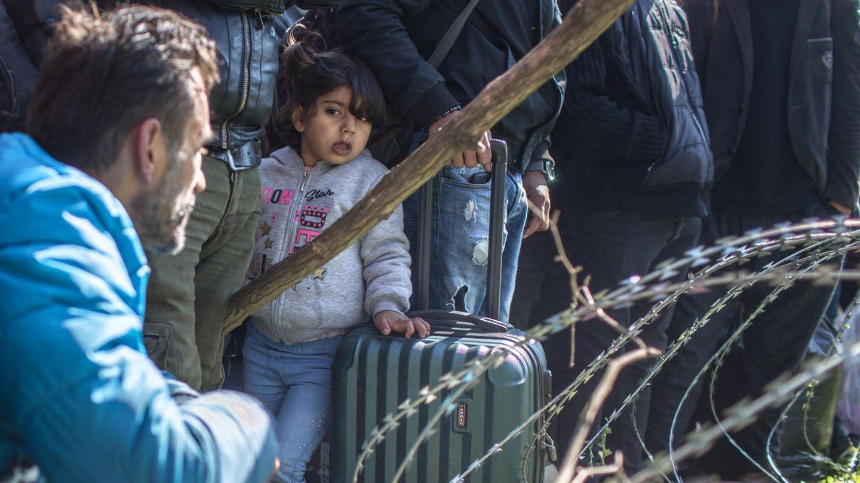 Migranten stehen am bereits geschlossenen türkisch-griechischen Grenzübergang