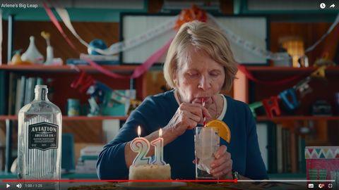 Gin von Ryan Reynolds: Geboren am 29. Februar – an ihrem 21. Geburtstag bekommt eine alte Frau ihren ersten Drink