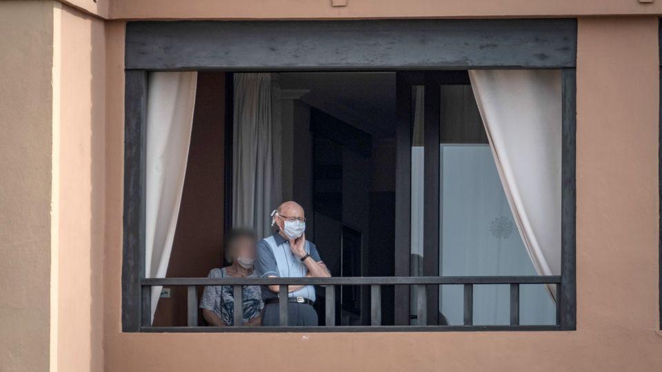 Zwei Personen stehen in eine spanischen Hotel wegen des Coronavirus unter Quarantäne